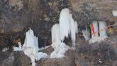 बर्फबारी के बीच स्थानीय लोगों ने किए टिम्मरसैंण महादेव के दर्शन